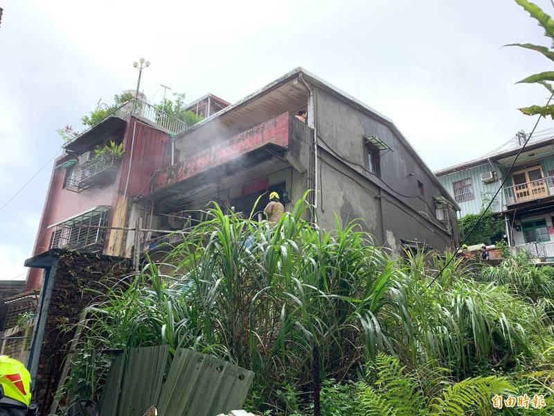 消防隊員趕抵現場查看,發現2樓處住冒出濃煙。(記者吳昇儒攝)