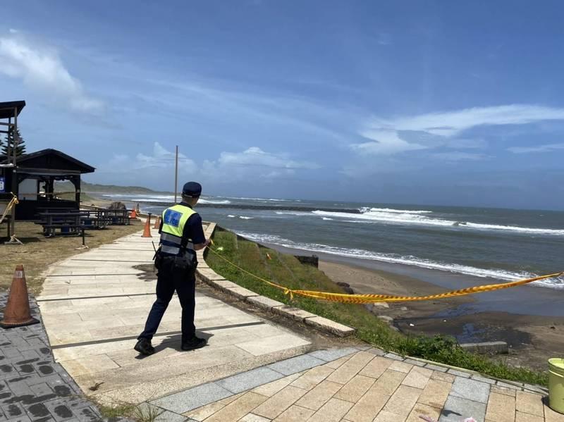 烟花颱風逼近,中央發布海上颱風警報新北警淡水分局到轄區淡水河沿岸、海岸線勸離觀潮、逗留民眾。(警方提供)