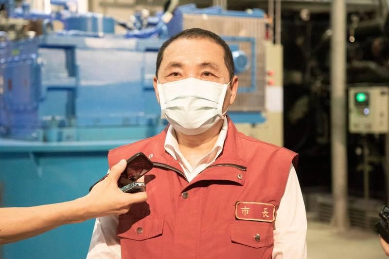 新北市長侯友宜表示,有急迫性或施打完疫苗2週後有保護力的族群會優先開放。(新北市政府新聞局提供)