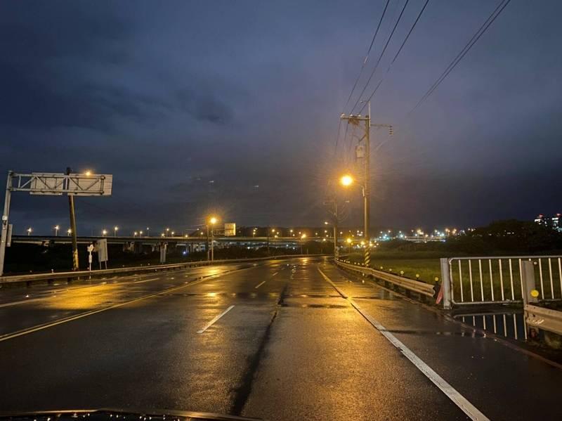 新北市高灘地的疏洪道,都是做為市區道路使用,橫移門關閉後將禁止通行。(圖由新北市政府水利局提供)