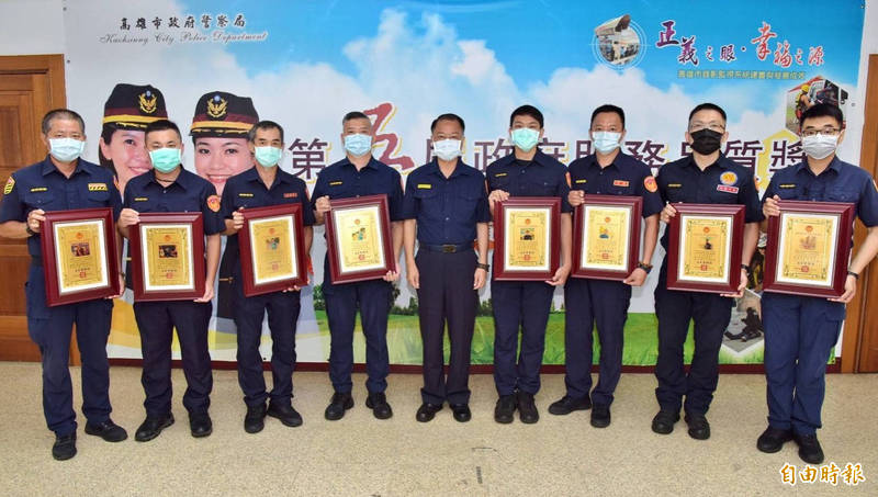 高市警察今表揚8位好人好事官警,警長黃明昭:公門好修行。(記者黃良傑攝)