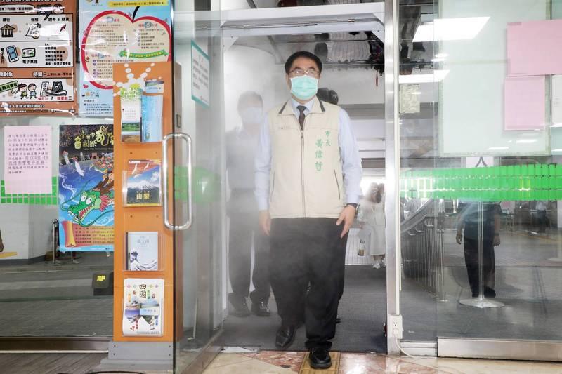 台南市政府宣布自27日起恢復民眾入府洽公,並於永華市政中心加裝1座防疫消毒門。(南市府提供)