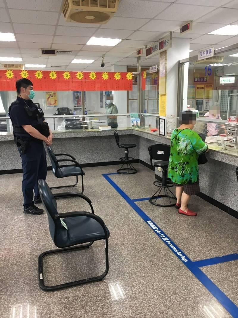 林姓老婦(右邊)進入銀行後向銀行服務專員稱要提領現金100萬元,警方全程陪同老婦完成護鈔任務。(記者李容萍翻攝)