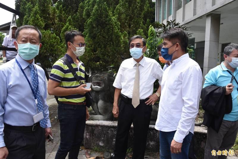 屏東醫院長周世華(左一)會同縣議員李世斌(右二)等人前往屏東市老人會館勘查石獅子(記者葉永騫攝)