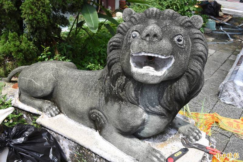 鎮守在屏東市老人會館的石獅子,竟然是來自於衛福部屏東醫院。(記者葉永騫攝)