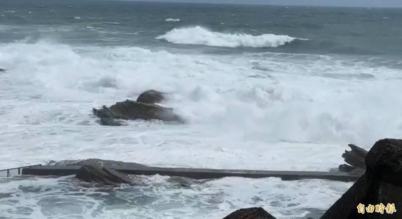 烟花颱風龜速前進逼近北台灣,基隆市今天海邊有大浪、長浪,外木山海岸浪高約4.5公尺。(記者俞肇福攝)
