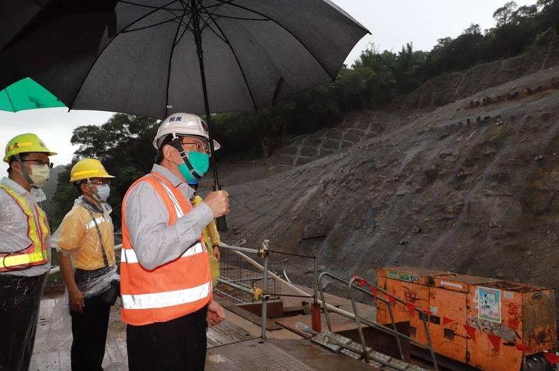 交長王國材今視察台鐵侯硐邊坡等工程的防颱作為。(圖:交通部提供)