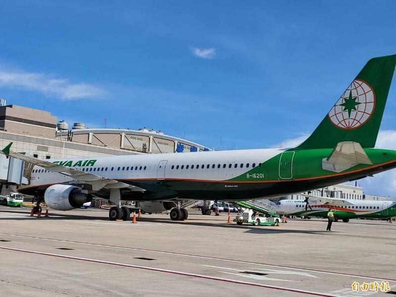立榮航空八月份澎湖航線班表原本密密麻麻,還以大飛機飛行,不料竟臨時取消。(記者劉禹慶攝)