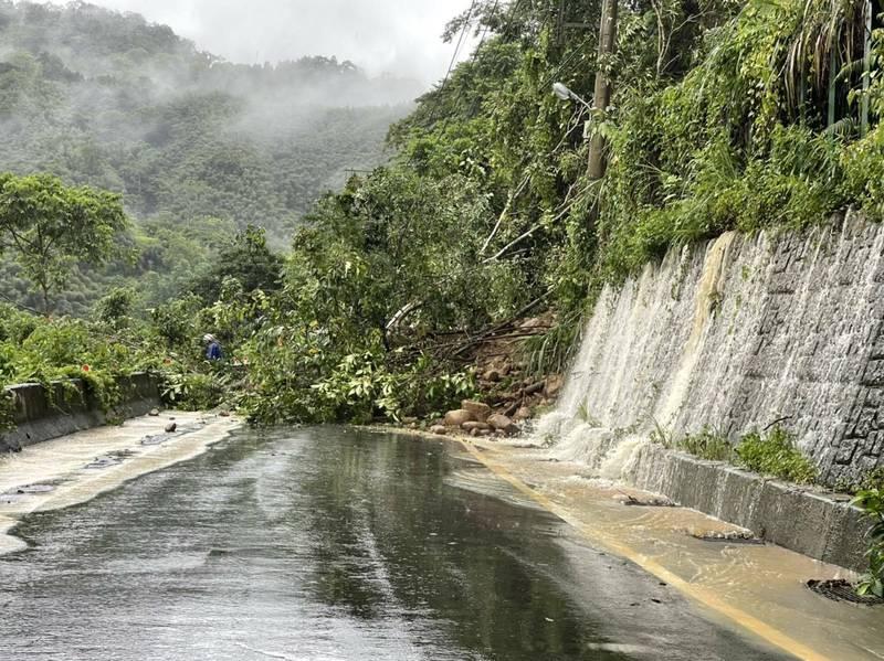 受到烟花颱風豪雨影響,新竹縣山區今天豪雨不斷, 圖為122縣道今早發生坍方的情況。(新竹縣政府提供)