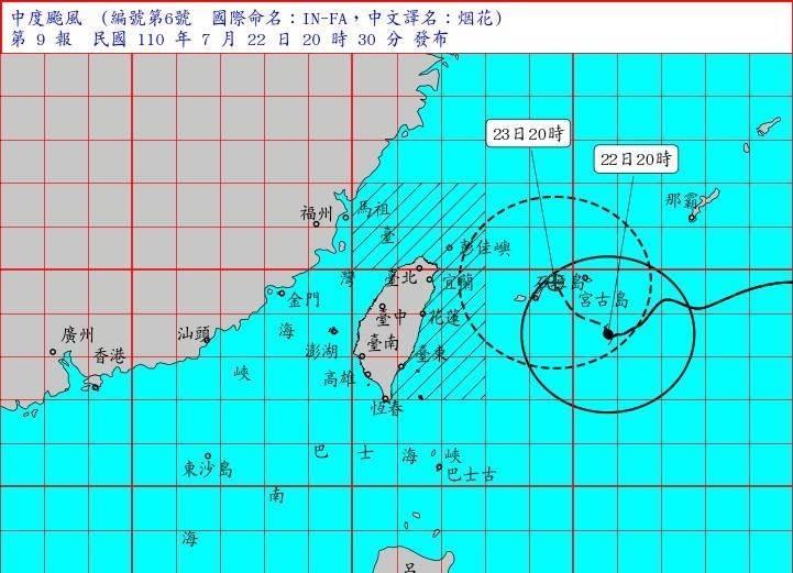 烟花颱風22日20時的中心位置在北緯 23.5 度,東經 125.8 度,即在台北的東南東方約 470 公里之海面上。(氣象局提供)