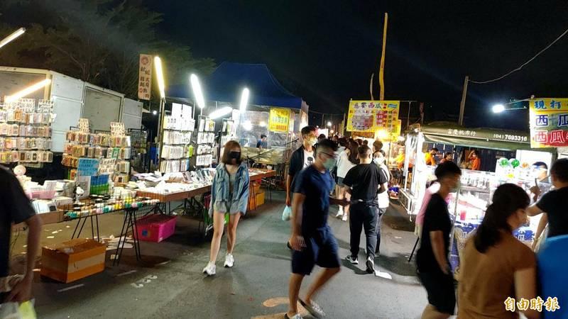 彰化最大的精誠夜市,重新開市後人流約有4成回籠。(記者劉曉欣攝)