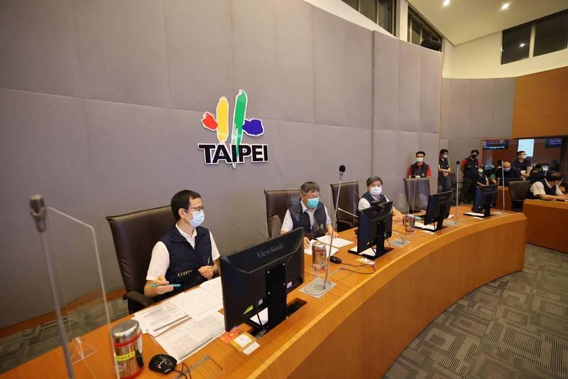 台北市長柯文哲晚上到北市災害應變中心,聽取災害防救辦公室的簡報。(北市府提供)