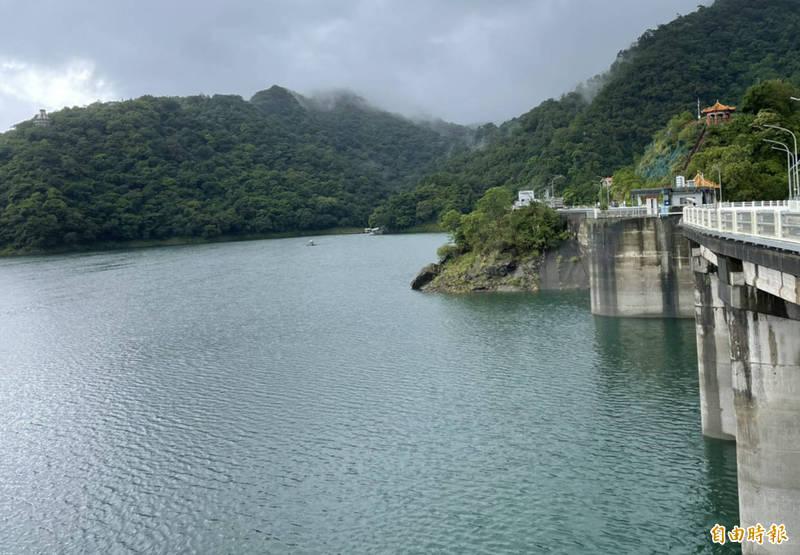 烟花颱風來襲,石門水庫持續調節性放水以增加防洪空間。(記者李容萍攝)