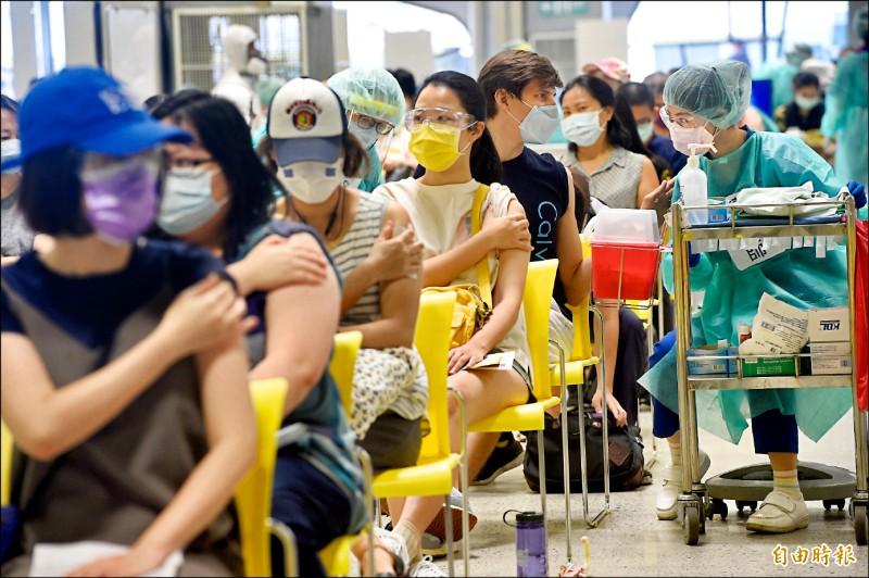 中央流行疫情指揮中心最新統計,國內疫苗接種已達五六七萬餘人次,人口涵蓋率廿三.五%。(記者叢昌瑾攝)