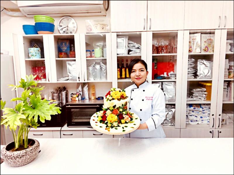 卞柔勻以韓式擠花蛋糕奪金,蛋糕上紅、黃、粉色玫瑰花襯著綠葉或含苞或盛開,栩栩如生,令人垂涎卻又捨不得一口吃下。(圖:卞柔勻提供)