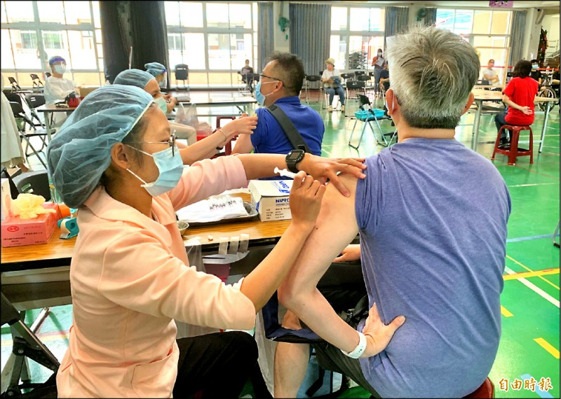 中度颱風烟花來襲,目前台中市傾向照常施打疫苗。 (記者蔡淑媛攝)