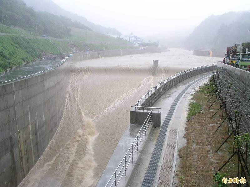 今年第6號颱風「烟花」在台灣周圍慢速移動,經濟部宣布,「抗洪利器」員山子分洪道也準備完成。圖為員山子分洪道啟動分洪。(資料照)
