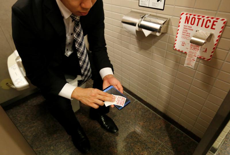 有網友以「洗澡時一定會把手機拿出去嗎」為題發問,卻意外引發浴室能不能使用手機的正反論戰,示意圖。(路透)