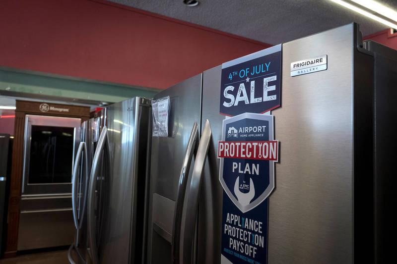 英國一名冰箱銷售員,日前到客人家裡更換冰箱時,意外在車庫發現一台由伊萊克斯製造的「阿公級冰箱」,更一舉打破了英國皇室於1954年購入的富及第冰箱的紀錄,示意圖。(彭博)