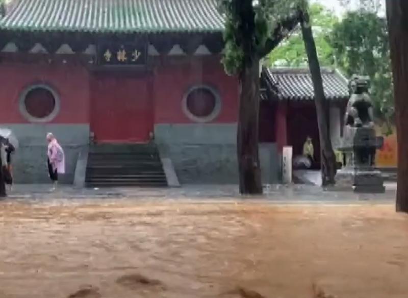 鄭州降下破記錄暴雨商城遺址、龍門石窟、嵩山少林寺等地覆土坍塌,當局緊急展開搶救工作。(圖擷自網路)