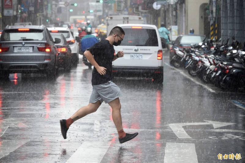 颱風烟花緩慢接近,明天中部以北、東北部地區及南部山區容易出現局部大雨或豪雨,請民眾注意。(記者叢昌瑾攝)
