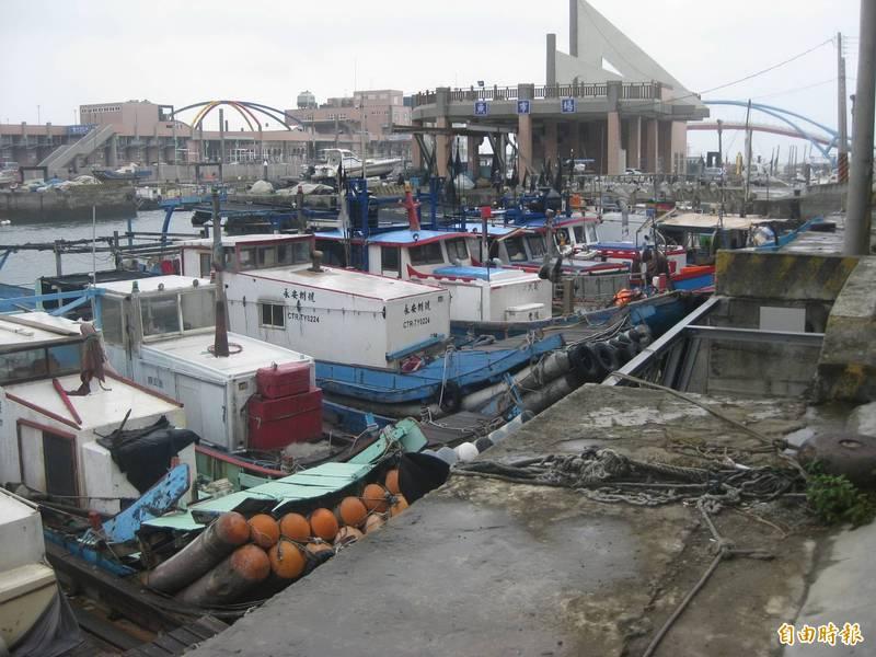 因應烟花颱風襲來,中壢區漁會總幹事黃德汶說,漁會轄下300多艘漁船均返港避風,將船隻安全綁牢,並呼籲民眾不靠近岸邊觀浪,以免危險。圖為永安漁港過去在颱風前夕返港躲避風雨。(資料照)