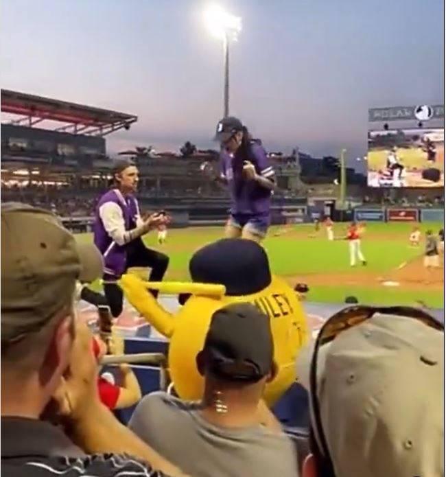 美國一名男子日前在棒球場公開向女友求婚,未料女友卻在眾人注視下狠心拒絕。(翻攝自Instagram)