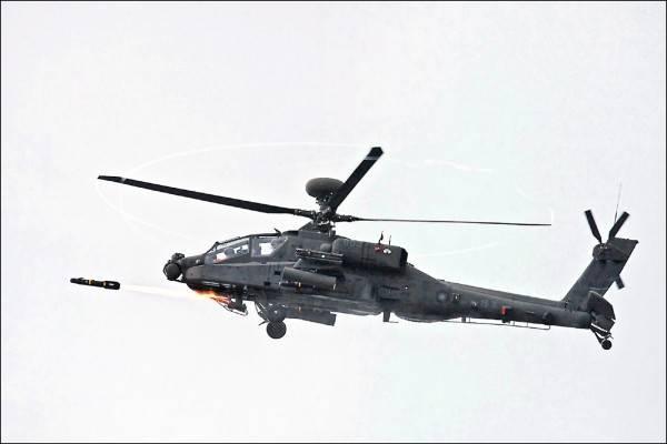 陸軍規劃8月下旬丶9月初,在九鵬基地進行「神鷹操演」實彈射擊,將由AH-64E阿帕契攻擊直升機射擊地獄火飛彈,驗證陸航部隊戰力。(圖:軍聞社資料照)