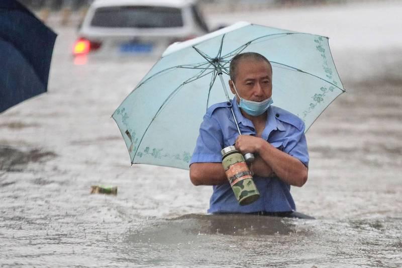 中國河南鄭州連日暴雨引發山崩、洪災,當地居民死傷慘重。(法新社)