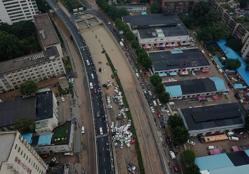 中國鄭州遭逢破紀錄暴雨,1天降下1年份的雨量,市區淹水災情慘重。(法新社)