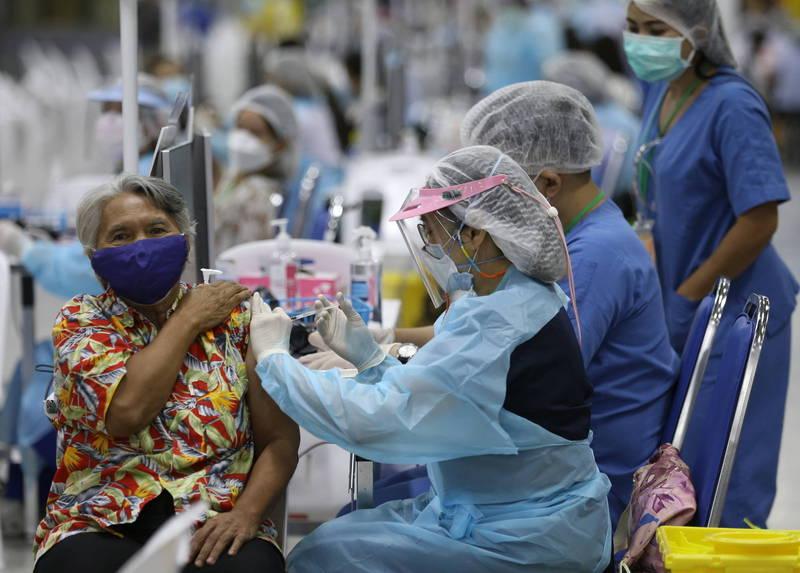 泰國班武里府一名39歲女子混打AZ後隔天猝死。圖為泰國民眾接種疫苗示意圖,與本文無關。(歐新社)