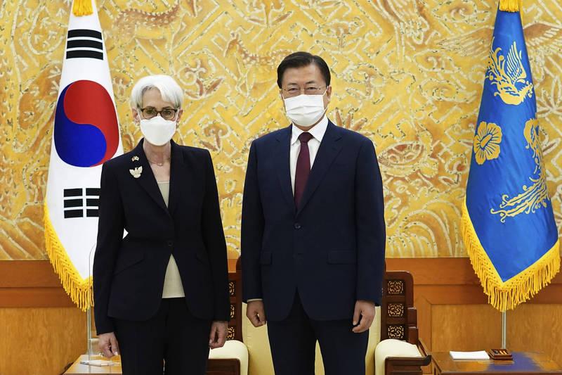 南韓總統文在寅(右)今天在青瓦台接見美國副國務卿雪蔓(左)。(美聯社)