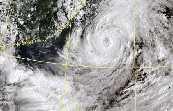 天氣風險公司今(22日)發布「各地風雨時程圖」,颱風雖然沒有直接侵襲台灣,但明天風雨會更大。(圖取自中央氣象局)