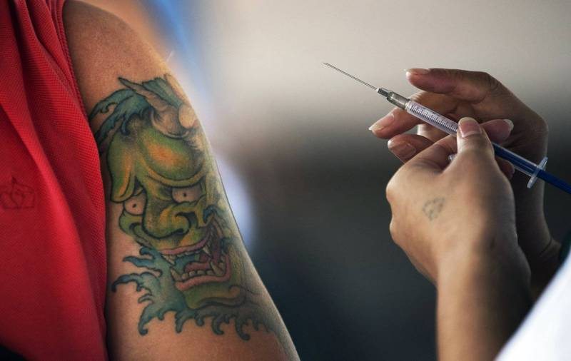 英国51岁男子巴拉特(Glenn Barratt),与武汉肺炎病毒对抗3週,最终仍不敌病魔于本月13日病逝,他在昏迷前告诉医护人员,「我真希望自己有接种过疫苗」。接种疫苗示意图。(美联社)(photo:LTN)