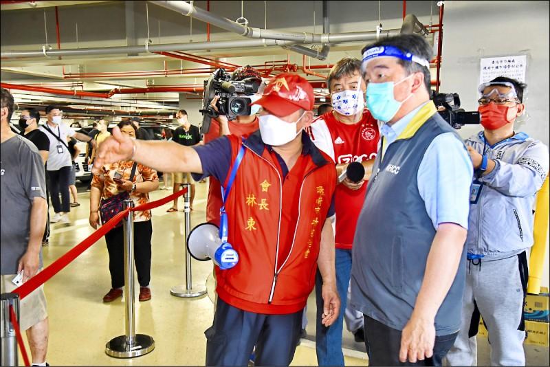 北市環南市場月初爆發群聚感染,醫福會執行長王必勝(右)受命前往協助處理。(資料照)