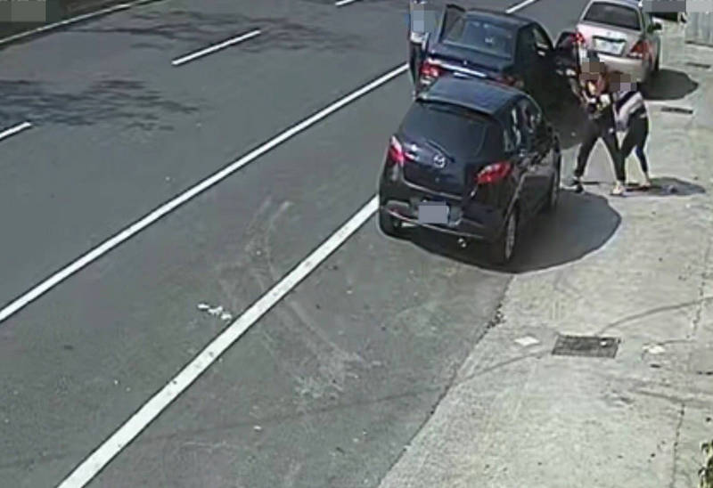 梁男到李女工作的KTV外要強拉李女上車不成,持刀追砍。(記者陳鳳麗翻攝)