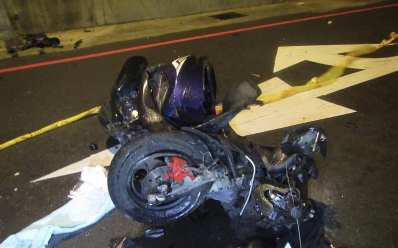 高男疑似自撞路燈座身亡,圖為肇事機車。(讀者提供)