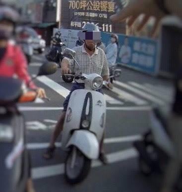 高雄吳姓老翁騎車停等紅燈,被發現未戴口罩。(民眾提供)