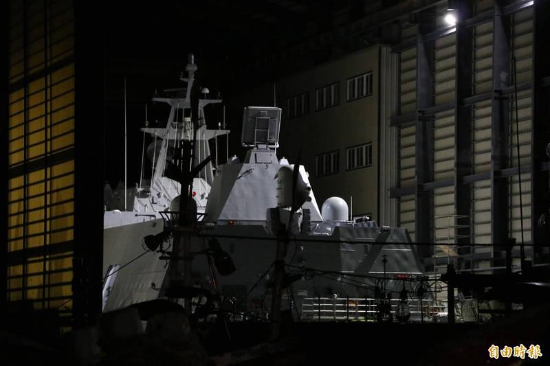 塔江艦已進到南方澳漁港內。(記者林敬倫攝)