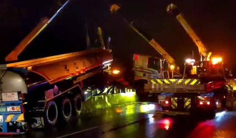 一輛油罐車行經台61線西濱快速公路南下110公里後龍路段,疑因車速過快,天雨路滑而失控自撞分隔島並衝入對向車道。(民眾提供)