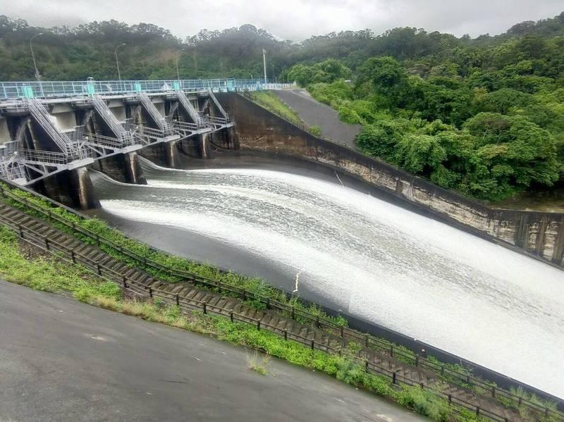 明德水庫蓄水率今早達99.4%,水庫再度進行調節性洩洪,並加大放水量。(圖由民眾提供)