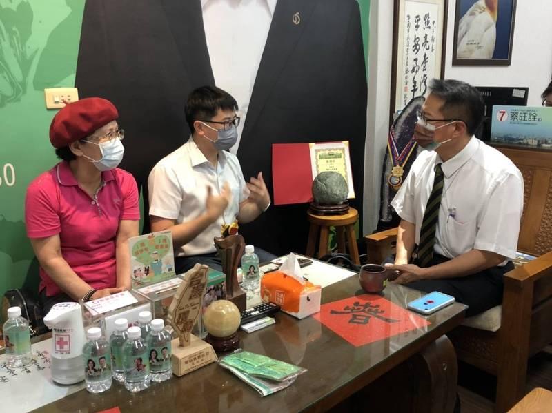 市議員蔡旺詮(右)與中華醫事科技大學傅士豪等人研商視障按障師在內的整復推拿按摩業疫苗接種和有條件復工指引。(蔡旺詮提供)