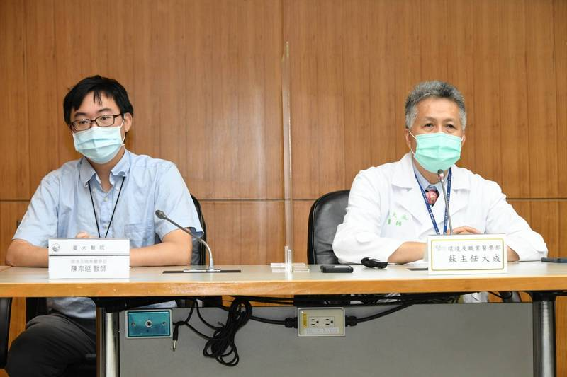 台大醫院環境及職業醫學部主任蘇大成(右)表示,室內空間一定都要開門窗保持換氣,但在公共空間的室內也最好還是要配戴口罩,將染疫風險降到最低。(台大醫院提供)