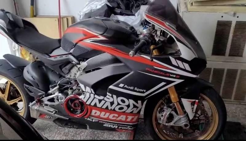 依據車友研判,這輛被譽為義大利國寶的重機「杜卡迪」,型號 Ducati V4S,新車價約160萬元,是Ducati品牌中頂級車款之一。(記者張瑞楨翻攝)