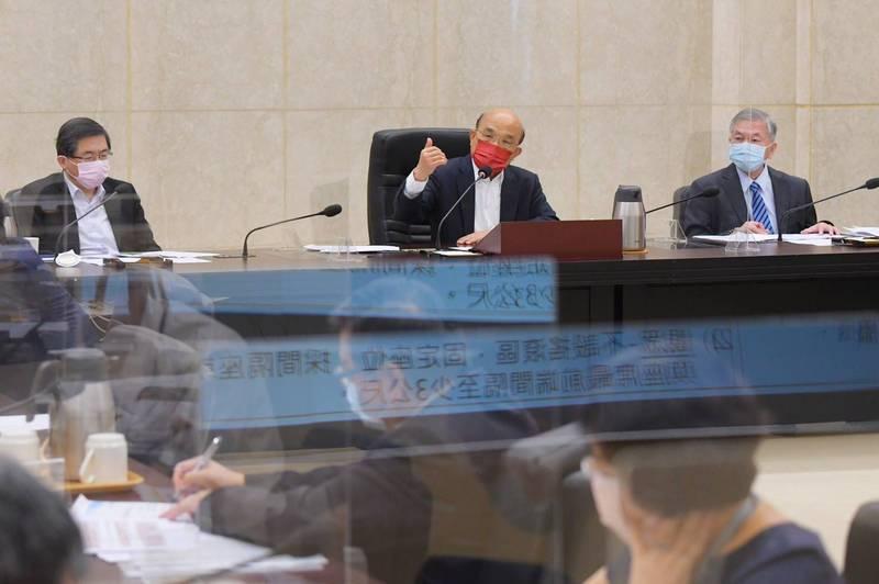 行政院長蘇貞昌主持防疫會議拍板防疫降為二級警戒,指揮中心下午將宣布超商賣場開放內用,餐飲業也可內用。(行政院提供)