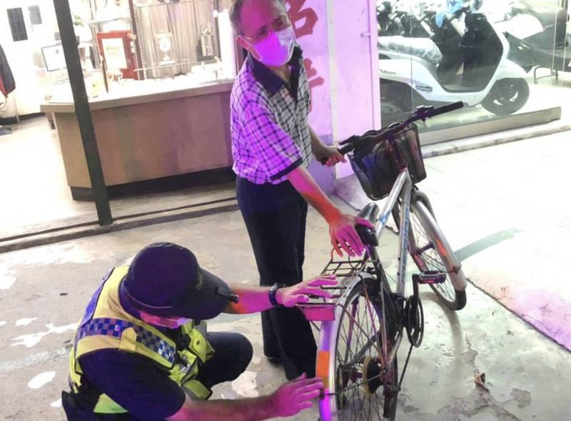台南白河警分局有個特別勤務「閃亮護老」專案,由執勤員警隨身攜帶反光條,為路上長者的腳踏車黏貼反光條,提升長者夜間行車安全。(警方提供)