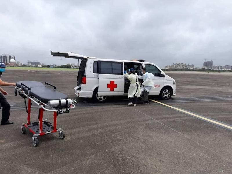 救護車將斷肢傷者送往澎湖機場,由凌天航空接手空中後送。(凌天航空提供)