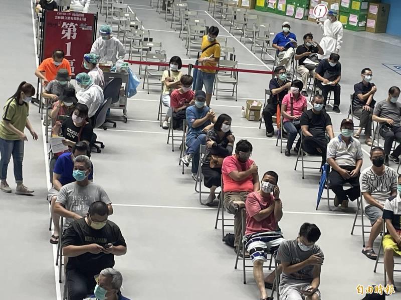 雲林縣疫苗施打未受烟花颱風影響,民眾接種踴躍。(記者林國賢攝)