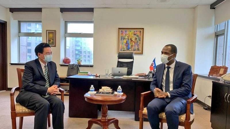 台海邦交屢傳不穩,外交部長吳釗燮(左)親赴海地駐台大使館向海地大使表達哀悼之意。(取自海地駐台大使館推特)