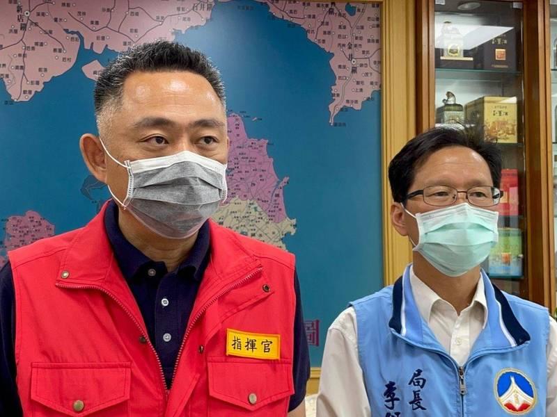 金門縣長楊鎮浯(左)由縣衛生局長李錫鑫(右)陪同宣布,金門施打AZ疫苗將分兩波下修。(金門縣政府提供)